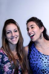 Mujeres sonriendo, amigas alegres