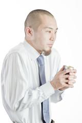 ホットコーヒーで暖まるビジネスマン
