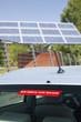 Elektroauto vor einem Solarpanel