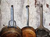 Fototapety Küchenwand mit alten Pfannen