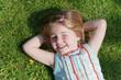 Mädchen liegt auf dem Rasen