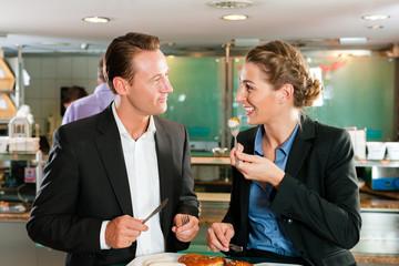 Paar beim Frühstück mit Weißwurst