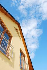Fassade und blauer Himmel