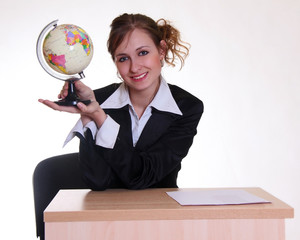 Девушка - менеджер турагентства с глобусом