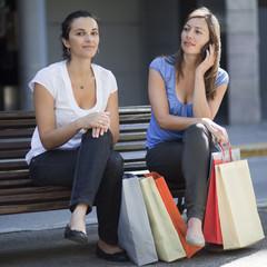 Frau telefoniert während Einkaufen in der Innenstadt