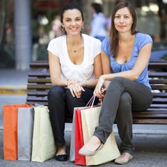 Zwei Frauen relaxen nach dem Einkauf in der Innenstadt