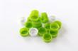 中央にかたまる緑と白のペットボトルのキャップ