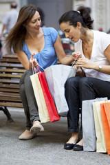 Zwei Frauen beim Einkaufen