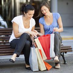 Frauen schauen sich Einkäufe an