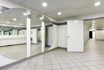 bagno pubblico, nessuno all'interno