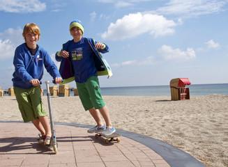 Junge Skater und Rollerfahrer
