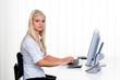Frau mit Computer im Büro