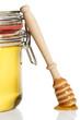 honiglöffel lehnt an einem glas mit honig