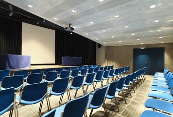 auditorio con sedie blu