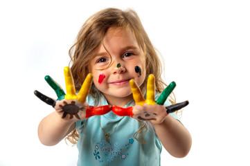 Kind mit bemalten Händen