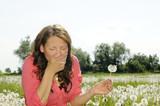 Fototapety junge frau niest auf einer blumenwiese