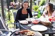 Zwei Frauen bei Gartenparty mit Grillen