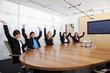 Mitarbeiter halten Händer vor Freude hoch und jubeln