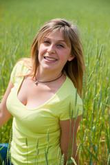 jolie femme épanoue et souriante dans un champs de blé
