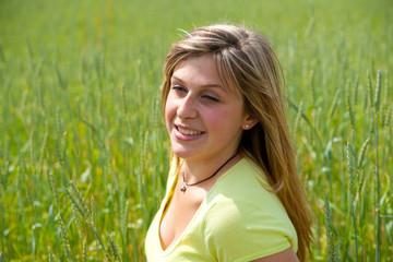 portrait d'une belle femme dans champs de blé