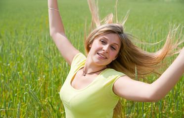 belle femme aux cheveux longs dans un champs de blé
