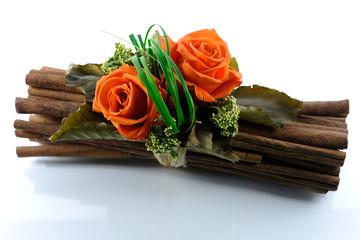 Composizione di fiori arancioni e legni