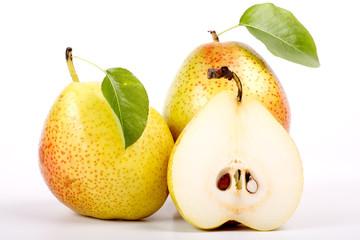 Pere di stagione e frutto tagliato