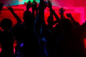 Leute tanzen in Disco mit Laser