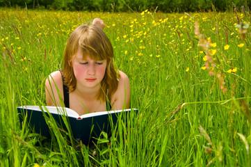 Junge Frau beim lesen