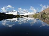 Spiegelung im Bergsee mit Bergsteigern