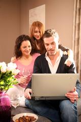 Familie zuhause am Computer