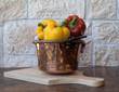 peperoni in recipiente di rame