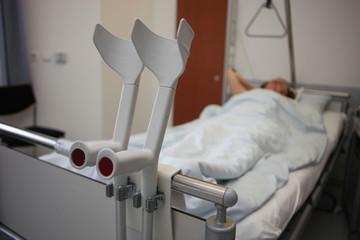 krankenbett,krücken,frau