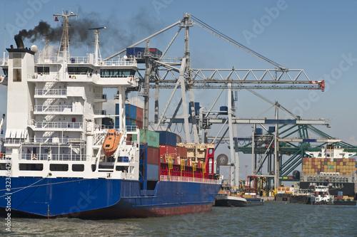 Container Schiffe im Hafen von Antwerpen - 32356429