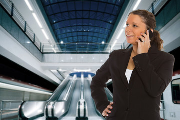 Business Frau telefoniert am Bahnhof