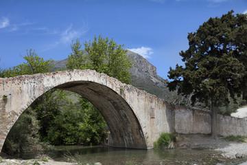 Puente veneciano sobre el rio Kourtaliotis (Creta)