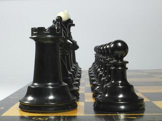 чёрные шахматы,на шахматной доске