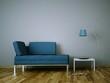 Sofa Rendering blau mit Stehlampe