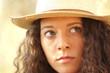 ritratto ragazza bella con cappello da campagna