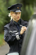 Polizistin schreibt einen Strafzettel
