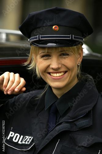Lachende Polizistin