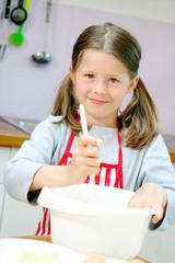 Mädchen beim Kuchenbacken
