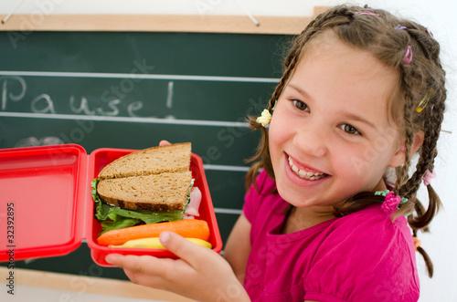 Mädchen mit Brotbüchse