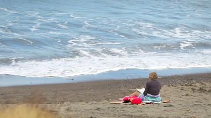 Mujer junto al mar