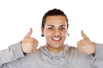 Smarter dunkelhäutiger Jugendlicher zeigt beide Daumen oben
