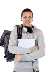 Dunkelhäutiger Student mit Kopfhörer hält lächelnd Laptop