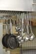 In der gastronomischen Küche hängen Pfannen und Kellen