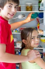 famille devant le réfrigérateur