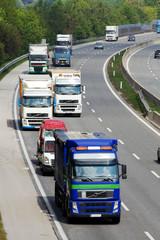 Autobahn mit Autos und LKW