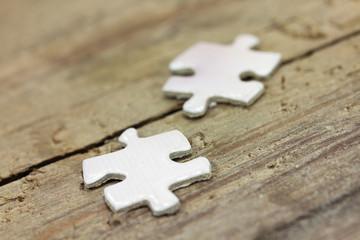 Puzzleteile auf Holz